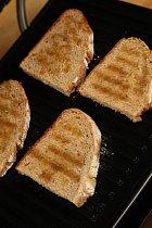 Při pečení hlídejte, aby chléb získal hezky zlatavou barvu.