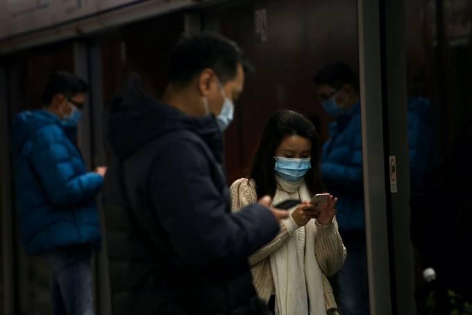 Proslýchá se, že virus byl vyvinutý ve wuchanských laboratořích, kde mělo dojít k nehodě. Další konspirační teorie je, že měl sloužit jako zbraň a do světa byl vypuštěn schválně. Samotná genetická data viru ale hovoří o naprostém opaku.