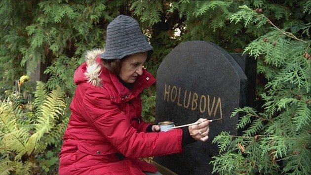 Není herečka Eva Holubová ještě mladá na skok do rakve?!