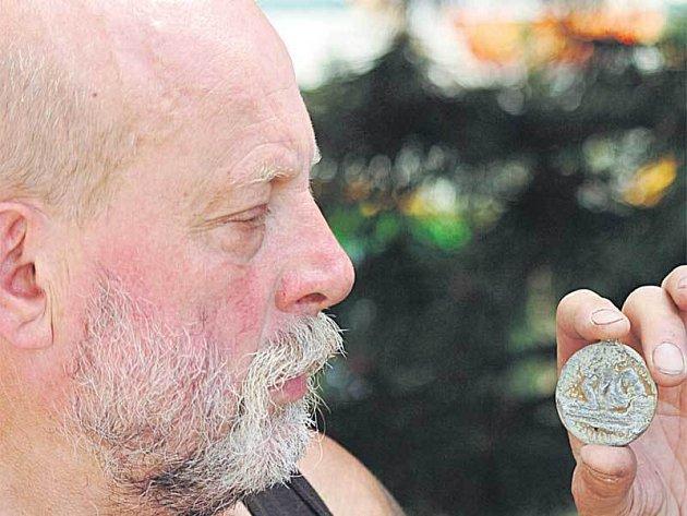 Karel Novák ukazuje záhadný šperk, který vykopal v lesích na Teplicku.