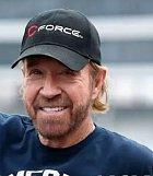 Je potřeba představovat Chucka Norrise? Ne, že jeho přechází jeho pověst, naopak on předchází ji! Jeho kopem z otočky by nikdo nechtěl dostat. Jednomu prý upadla hlava.