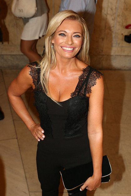 Sexy moderátorka vsadila na černé krajkované šatičky svýstřihem!