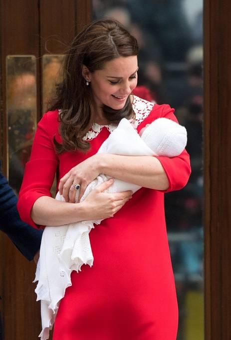 Kate Middleton představila malého Louise ve stejně barevném kabátku