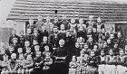 Rok 1895, třídní fotka. Hitler je třetí zleva ve spodní řadě. Ano, ten prcek.