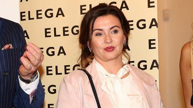 Herečka si zahrála také v seriálech Rodinná pouta a Velmi křehké vztahy.