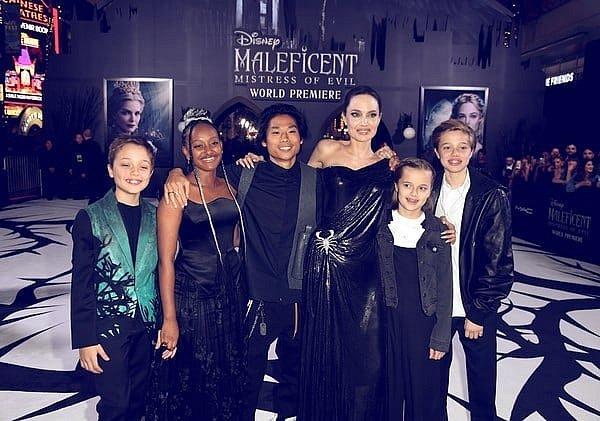Shiloh Jolie-Pitt s Angelinou a sourozenci.