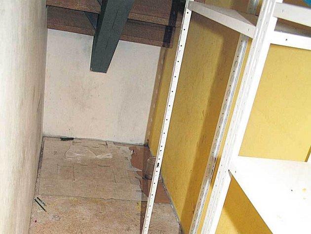 V této místnosti nahý a svázaný strávil osmiletý Ondra mnoho dní.