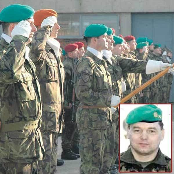 Český kontingent v jednotkách KFOR. Ve výřezu: Podplukovník Jiří David, velitel 12. kontingentu KFOR.