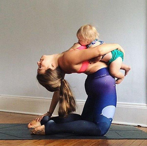 ... chlubí se, jak při cvičení svoje dítě krmí!