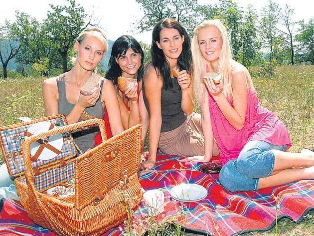 Missky Bára Kolářová, Lilian Sarah Fischerová, Lucie Váchová a Lucie Hadašová při pózování pro kalendář občanského sdružení Slunce dětem.