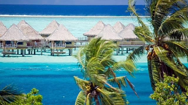 Ubytování vchatkách postavených na hladině je pro oblast Francouzské Polynésie typické.