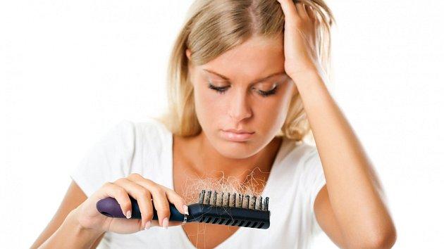 Stárnutí nezůstávají ušetřeny ani vlasy. Co dělat, aby vypadaly stále krásně?