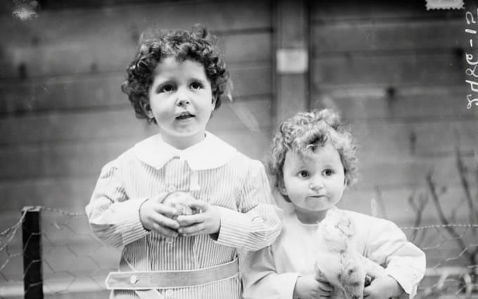 Dva chlapci, jejichž jména znějí Michael a Edmond Navratil. Jejich otec je při záchraně nahlásil pod jejich přezdívkami Lolo a Mamon.