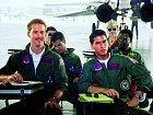 Jako pilot Goose (vlevo) v Top Gunu (1986)