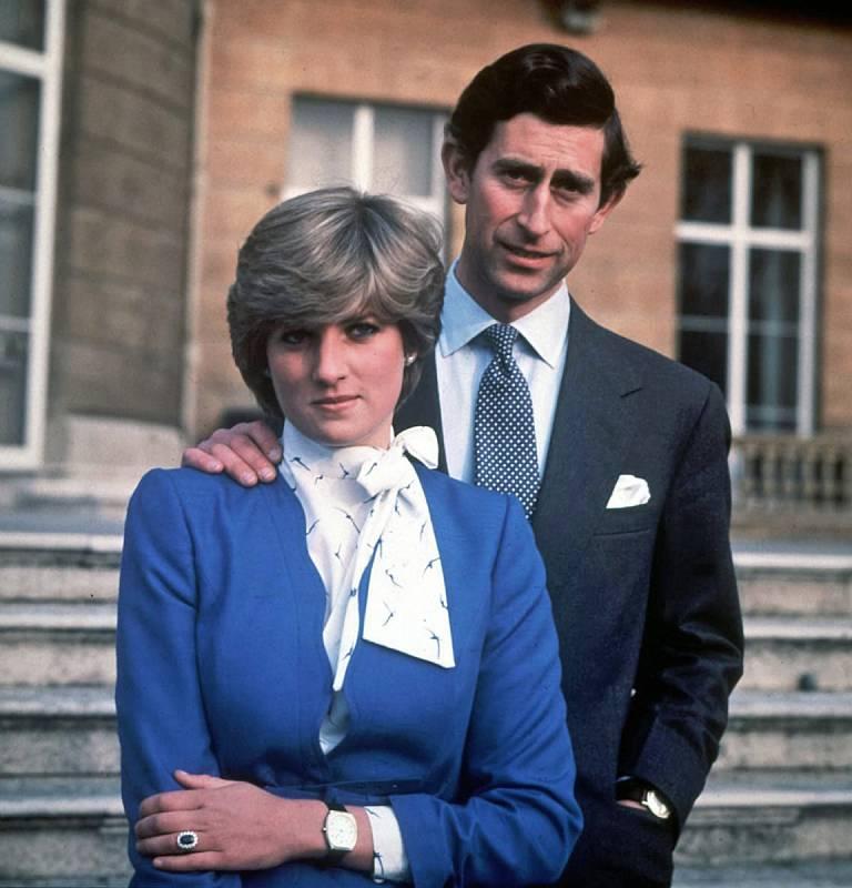 Zásnubní portrét. Poprvé princezna Diana potkala prince Charlese, když jí bylo šestnáct let. Vzali se v roce 1981, tehdy bylo Dianě dvacet. I když na oficiálních portrétech se zdá být princ Charles vyšší, ve skutečnosti měli stejnou výšku.