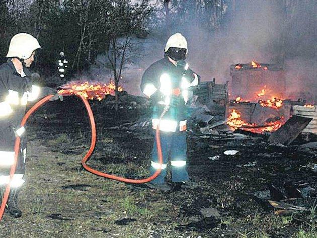 Tři hasičské jednotky se při likvidaci požáru docela zapotily.