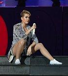 Katy Perry je i po zkrácení vlasů velmi půvabná.