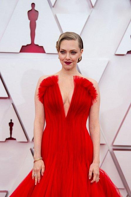 Amanda Seyfried oblékla princeznovské šaty rudé barvy z módního domu Armani Privé.