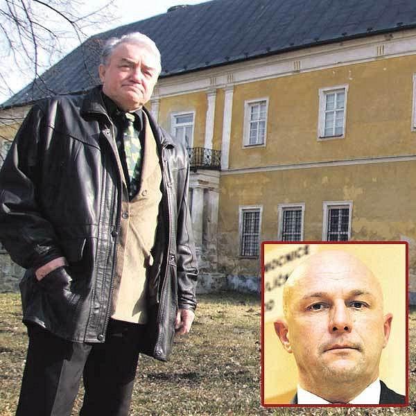 Starosta obce Brantice před prodaným zámkem ministerstva. Ve výřezu: Tomáš Julínek.