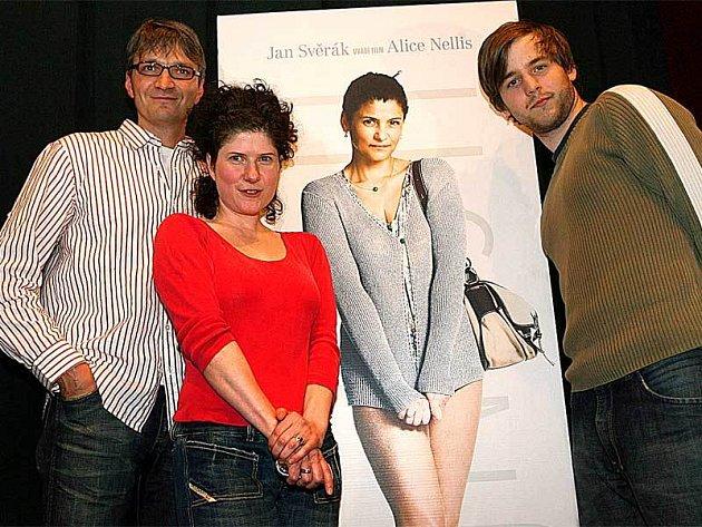 Režisérka Alice Nellis musela vzít zavděk alespoň papírovou Ivou Bittovou na plakátu, protože zpěvačka má momentálně koncertní povinnosti. Vedle stojí producent Jan Svěrák a Miloslav König, který je jedním ze sedmi hlavních hrdinů, jež se ve filmu objeví.