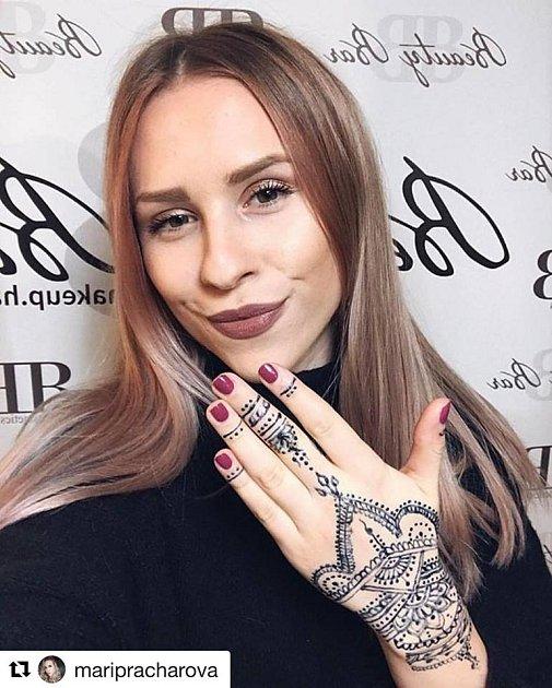 Ráda experimentuje. Teď zkusila ve vyhlášeném salonu tetování Hennou.