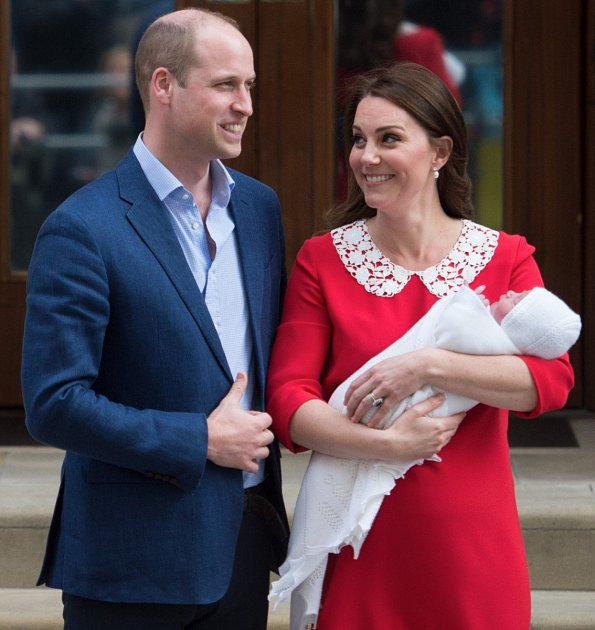 Princ Louis v náruči Kate Middleton, princ William