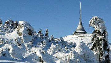 Zasněžená krajina a v pozadí národní kulturní památka, no není to nádhera?!
