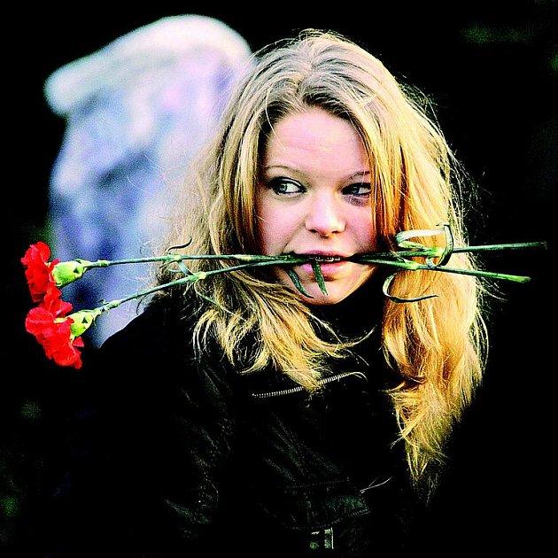 Rudé karafiáty byly dlouhá léta symbolem MDŽ. V současnosti jsou ženy rády za kteroukoli kytičku.
