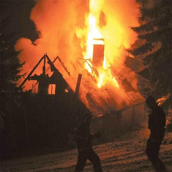 Zimní krajinu ozářily plameny hořící chaty.