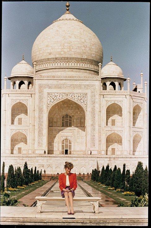 Diana před Tádž Mahalem. Jde o jednu z nejikoničtějších fotek britské princezny. Snímek byl vyfocen v době, kdy již její manželství s princem Charlesem bylo v troskách. Média o něm mluví jako o fotce, která dokazuje žalostný stav sňatku. Tádž Mahal je tot
