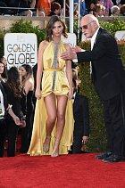 Emily Ratajkowskiová zazářila na předávání Zlatých glóbů ve žlutém.