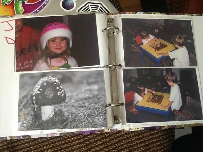 Rodiče, co jsou autory vyfoceného alba, namluvili svému synovi, že měl ještě jednoho bratra, který se proměnil v houbu, protože se nechtěl mít. Aby synka dokonale popletli, dokonce snímek houby zařadili mezi ostatní rodinné fotky.