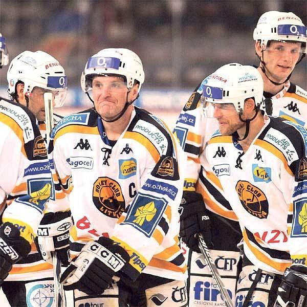 Litvínovský kapitán Reichel (uprostřed) se vesele šklebí. Chvíli předtím svým gólem dorazil favorizovanou Spartu.