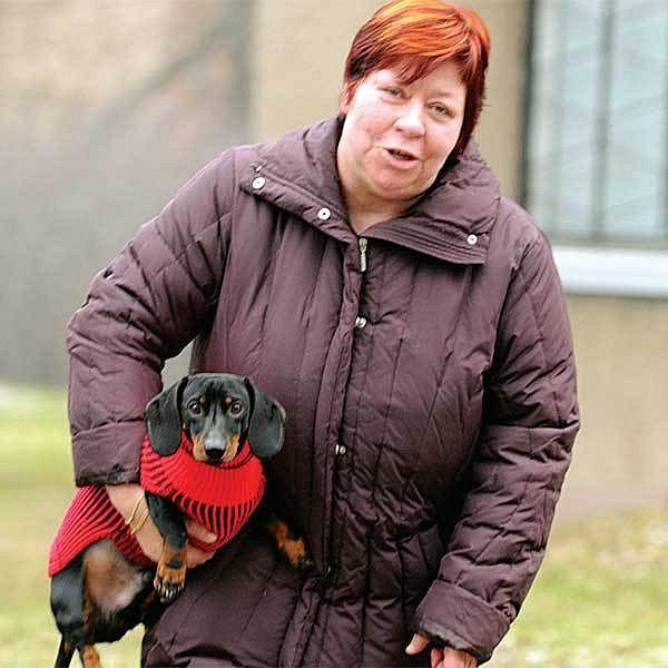 24. 12. - Zuzana Paroubková venčí psa Andyho.