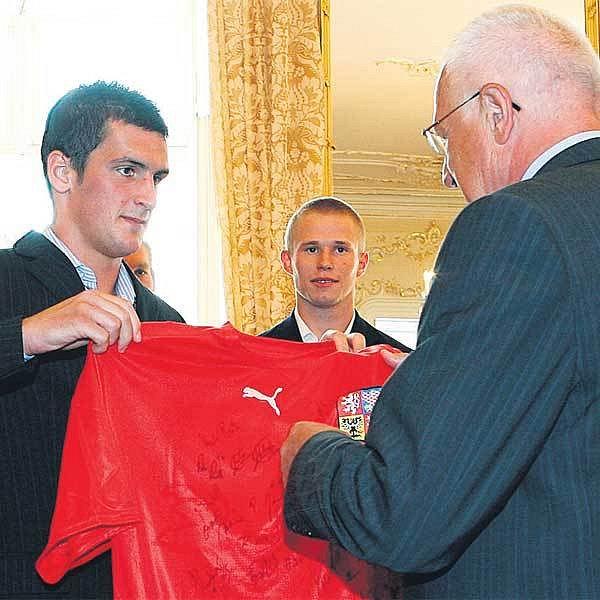 Fenina i další hráče z týmu vicemistrů světa do 20 let včera přijal prezident. Teplický bombarďák Klausovi dal národní dres.