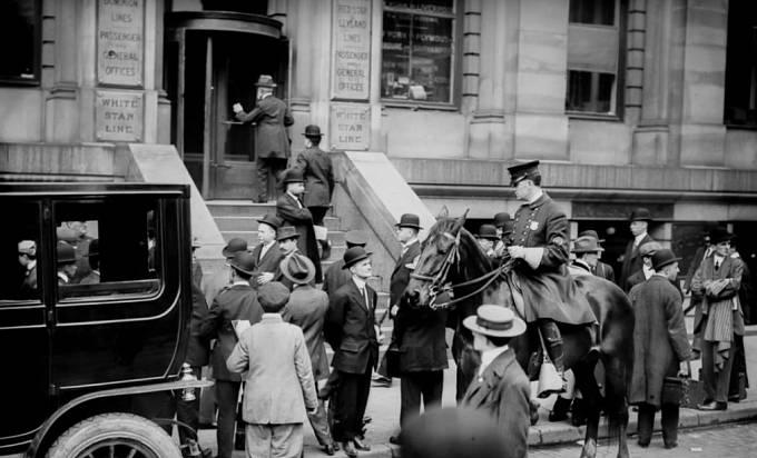 Po lodním neštěstí čekala spousta lidí u dveří White Star Line-doku, z kterého Titanic vyplouval.