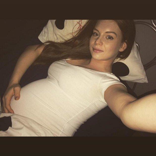 Lucie Šteflová byla na své těhotenské bříško náležitě pyšná.