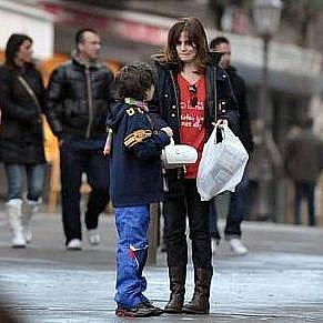 Polanského manželka, herečka Emauelle Seigner s jejich synem Elvisem ve švýcarském Gstaadtu.