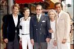 Odhalení hvězdy na chodníku slávy. Zleva: syn Christian, dcera Deborah, Roger, manželka Kristina a syn Geoffrey.