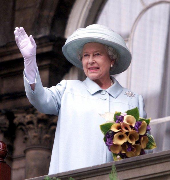Meghan se pozicí 'vedlejší' osoby na ceremonii, připomínající padlé vojáky, cítila nanejvýš poníženě. Měly být všechny čtyři pospolu, na poslední chvíli se ale královna Alžběta rozhodla, že bude lepší obě vévodkyně rozdělit.