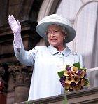 """Meghan se pozicí """"vedlejší"""" osoby na ceremonii, připomínající padlé vojáky, cítila nanejvýš poníženě. Měly být všechny čtyři pospolu, na poslední chvíli se ale královna Alžběta rozhodla, že bude lepší obě vévodkyně rozdělit."""