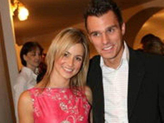 Mareš se nedávno zasnoubil s přítelkyní Monikou Poslušnou.