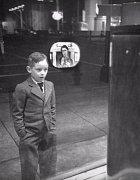 1948 - Chlapec poprvé vidí televizor ve výloze obchodu.