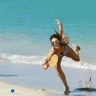 Topmodelka se do plážového tenisu pustila s plnou vervou...