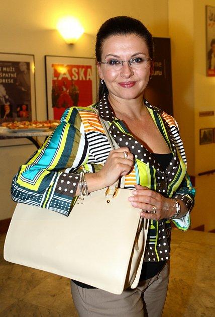Dana Morávková a její produkt - kabelka, kterou sama navrhla.