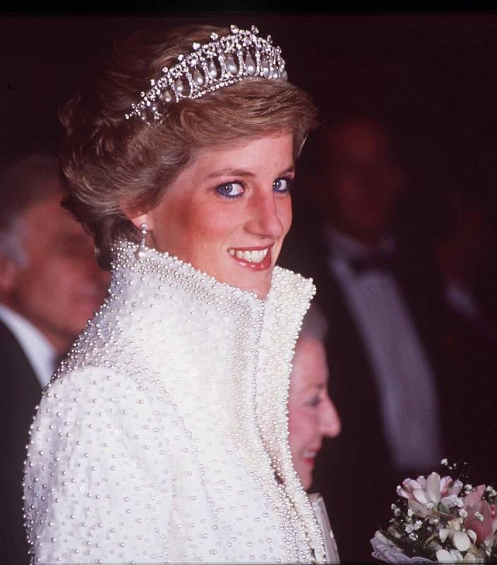 Princezna Diana se stala módní ikonou. Na různé události vynesla například nádherné šperky. Nyní klenoty z pozůstalosti nosí její snachy, Kate Middleton a Meghan Markle.