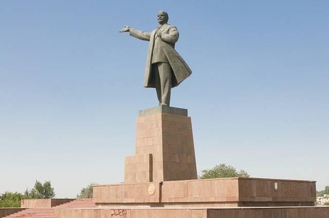 Nejvyššímu vrcholu Kyrgyzstánu se oficiálně může říkat i Pik Ibn Sina, staré pojmenování je však zažitější.