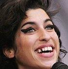 Zuby Amy Winehouse byly příšerné, ale to se holt feťákům stává často.
