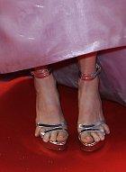 Julianne si vzala příliš malé boty. Nebo má moc prstů.