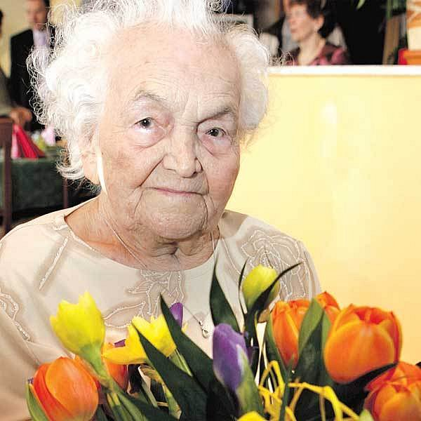 Sto dvouletá Františka dostala ohromnou kytici.